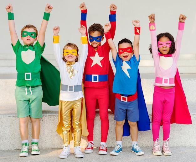 Crianças super-heróis com superpoderes