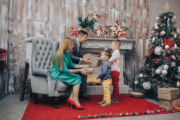 Crianças surpreendidas recebendo presentes maravilhosos de seus pais