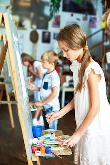 Crianças talentosas na aula de arte