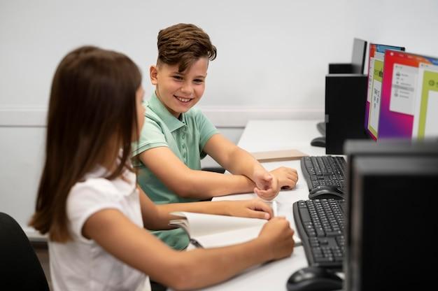 Crianças tendo aula de educação tecnológica