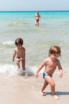 Crianças, tendo divertimento, em, a, litoral
