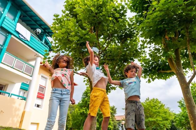 Crianças tirando suas máscaras cirúrgicas ao ar livre