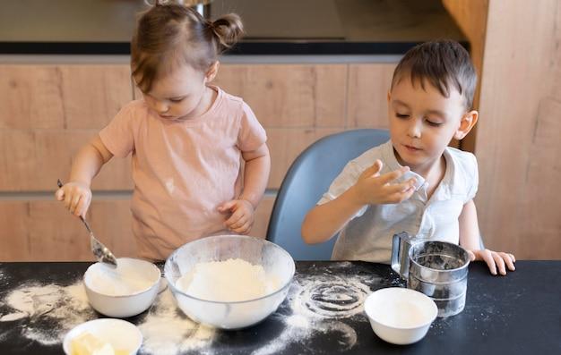 Crianças tiro médio na cozinha