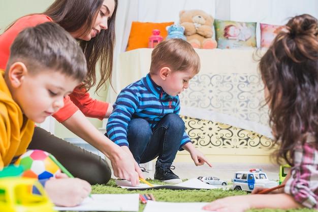 Crianças, tocando, chão