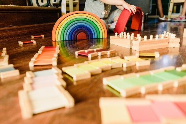 Crianças, tocando, com, arco íris madeira, waldorf, montessori