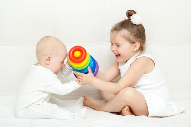 Crianças, tocando, com, piramide, isolado, branco
