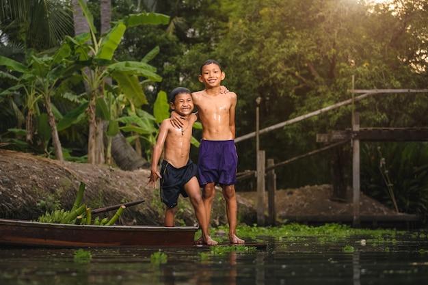 Crianças, tocando, em, a, rio