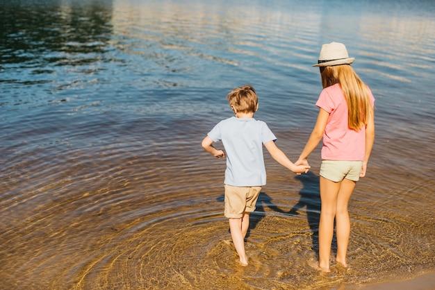Crianças, tocando, em, água, em, praia