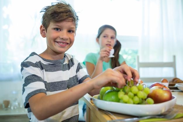 Crianças tomando café da manhã