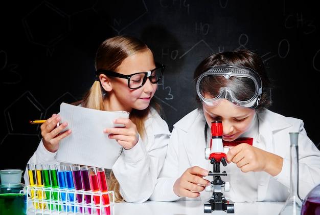Crianças trabalhando em laboratório
