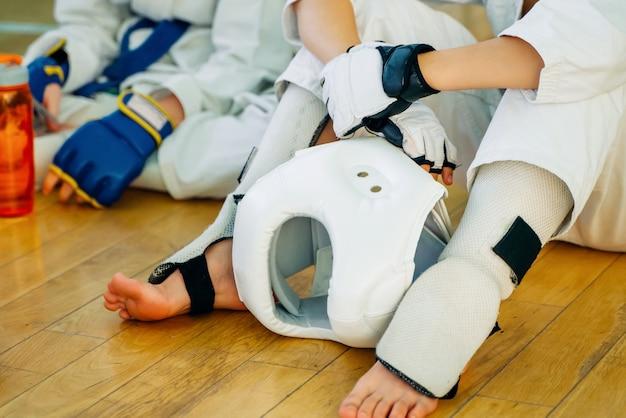 Crianças treinando caratê.