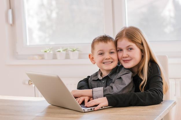 Crianças, usando computador portátil, casa