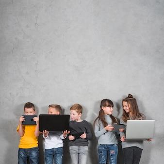 Crianças, usando, eletrônico, dispositivos