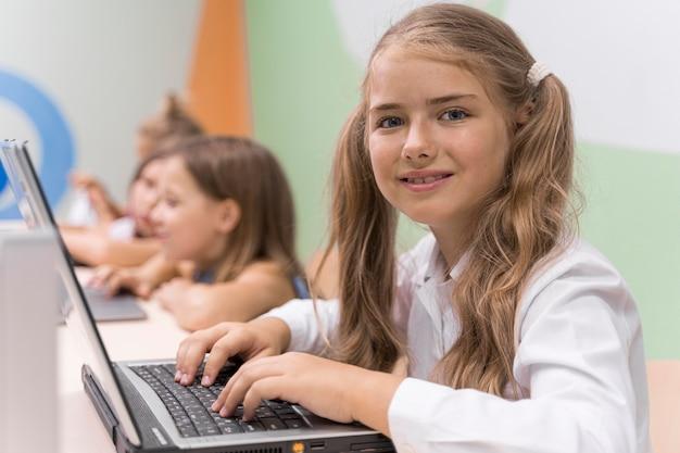 Crianças usando laptop na escola