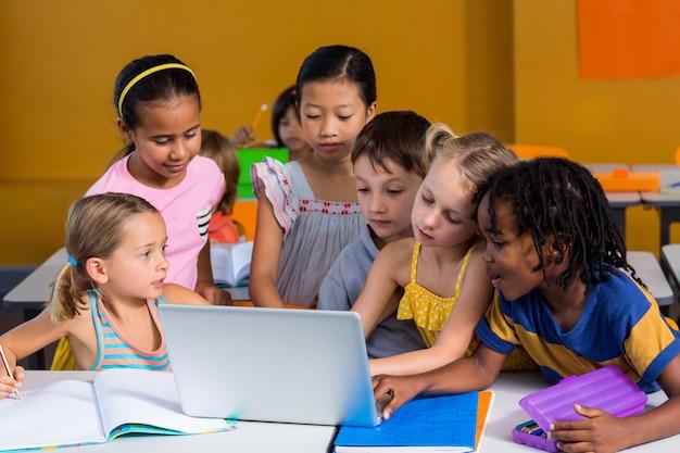 Crianças usando laptop