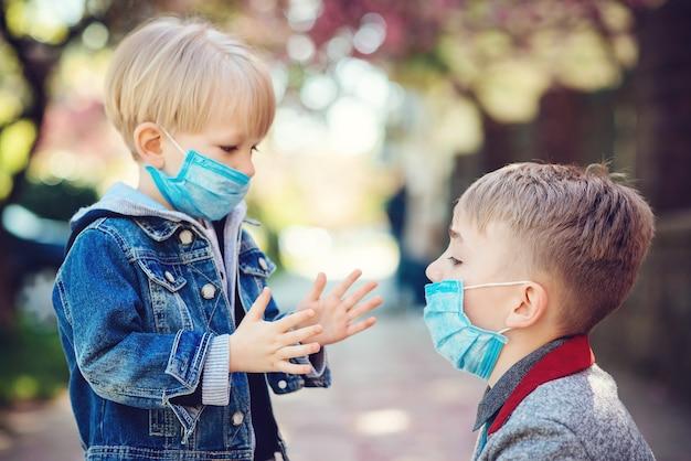 Crianças usando máscara facial durante surto do vírus corona