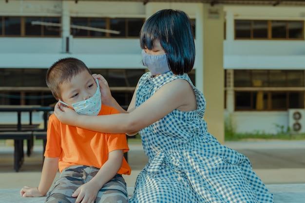 Crianças usando máscara para serem protegidas contra o coronavírus