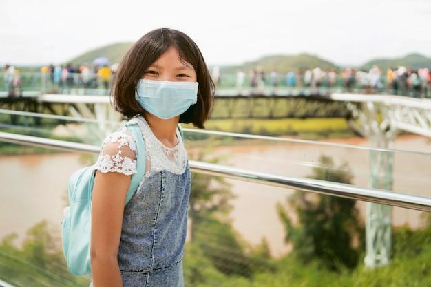 Crianças usando máscaras para proteção contra vírus corona