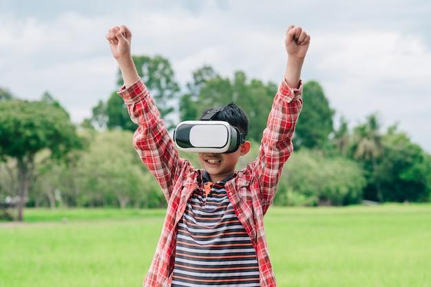 Crianças usando óculos de realidade virtual e alegres com a bela natureza do fundo