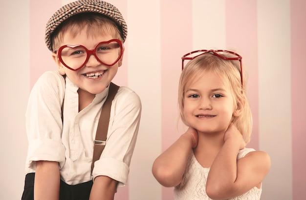 Crianças usando óculos em formato de coração