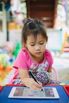 Crianças, usando, tabuleta, para, desenho