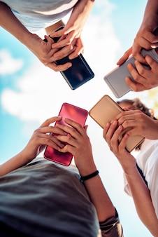 Crianças usando telefones inteligentes