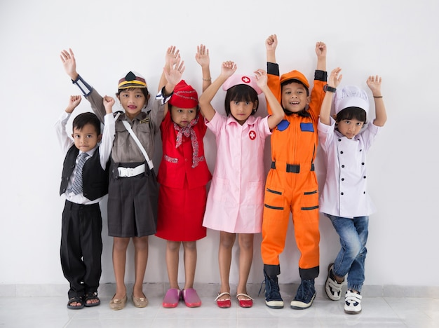 Crianças vestidas com trajes de diferentes profissões