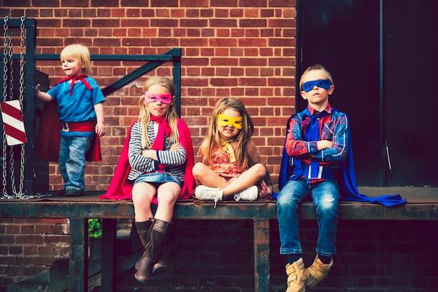 Crianças vestidas como super-heróis