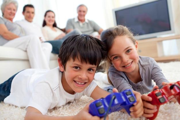 Crianças, videogame jogando, e, família, ligado, sofá