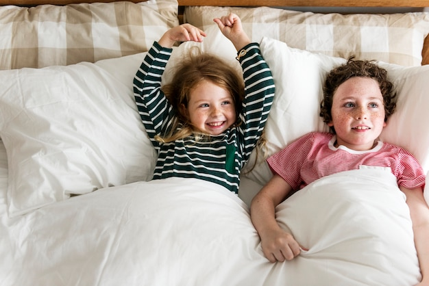 Criancinhas tendo um ótimo tempo juntos