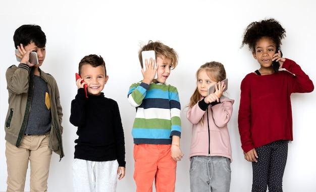 Criancinhas usando smartphones