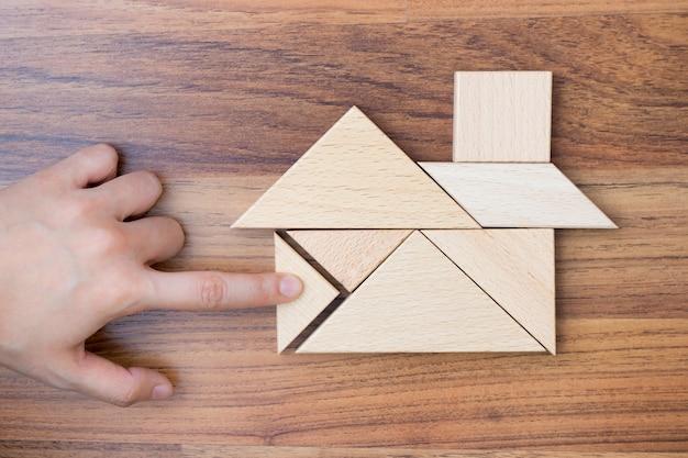 Criando ou construindo casa de sonho com peça de quebra-cabeça.