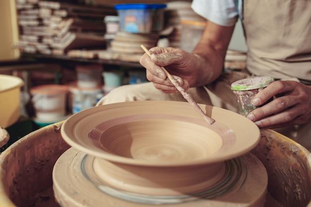 Criando um pote ou vaso de barro branco close-up