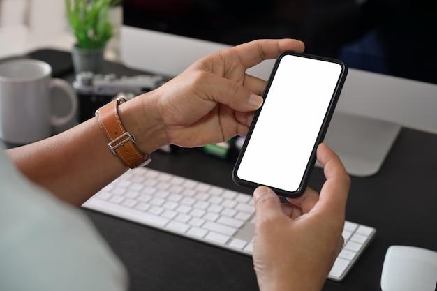 Criativa elegante mão segurando o celular de tela em branco