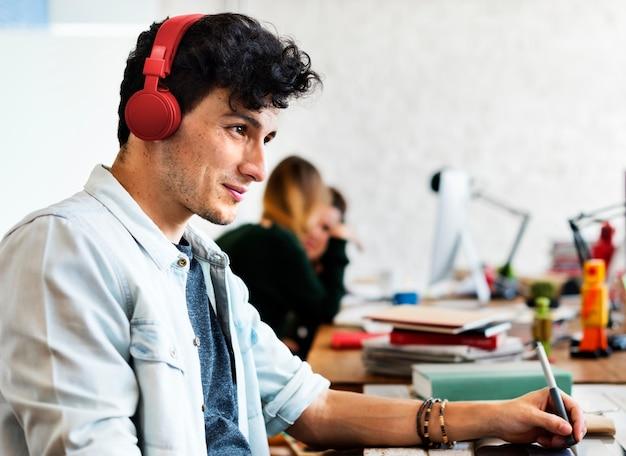 Criativa ouvindo música enquanto trabalha