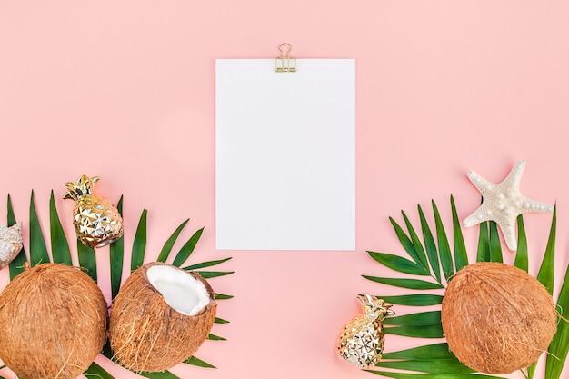 Criativa plana leiga vista superior mock up verde tropical folhas de palmeira cocos papel em branco rosa cartão postal clip board fundo espaço de cópia. modelo de conceito de viagens de verão para plantas de folha de palmeira tropical mínima