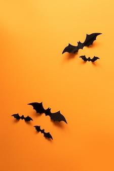 Criativa vista superior plana leigos outono composição de halloween de papel preta morcegos voam