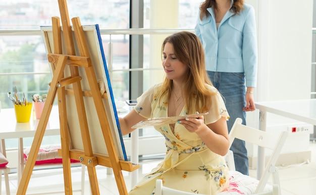 Criatividade da escola de arte e conceito de lazer aluna ou jovem artista com paleta de cavalete e