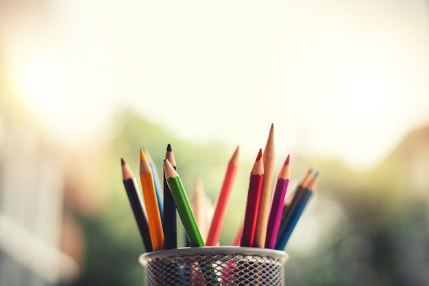 Criatividade de lápis coloridos na caixa de lápis com espaço de cópia