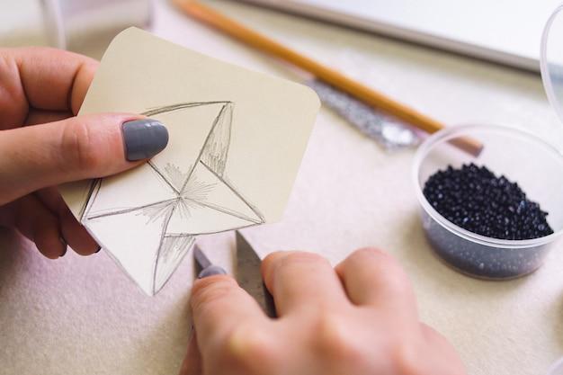 Criatividade, imaginação, inspiração e conceito - close-up de mãos femininas, desenhando com lápis