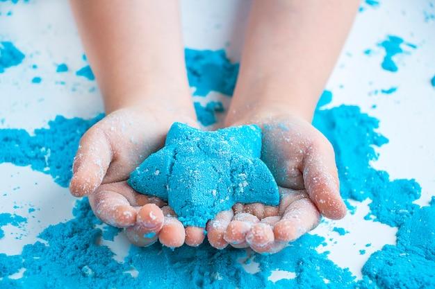 Criatividade para crianças. jogos de areia cinética para desenvolvimento infantil em casa. terapia de areia.