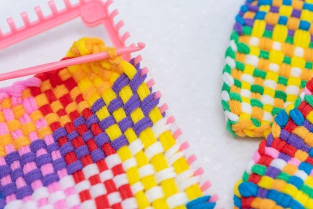 Criatividade para crianças tecendo com cordas coloridas