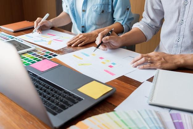 Criativo, desenhador, trabalho equipe, reunião, planejando, desenho, wireframe, esquema