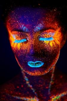 Criativo fechar retrato uv com sol quente e estrelas, vermelho amarelo azul laranja arte