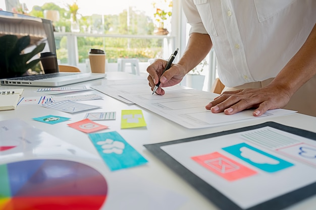 Criativo web designer planejamento de aplicativos e desenvolvimento de layout modelo, quadro para o telefone móvel. conceito de experiência do usuário (ux).