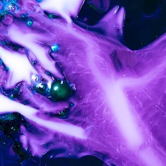 Criatura roxa abstrata debaixo d'água