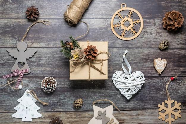 Crie uma caixa de presente e decorações festivas de natal com materiais naturais