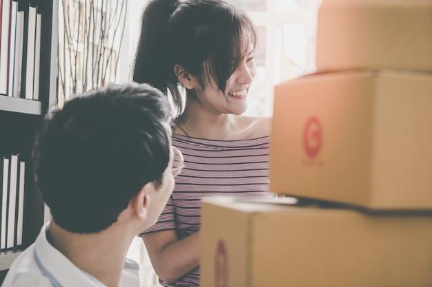 Crie uma equipe de caixas de embalagem do varejista on-line para enviar ao cliente