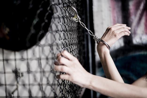 Crime e punição. trancar na jaula na prisão. precisa de um conceito de liberdade