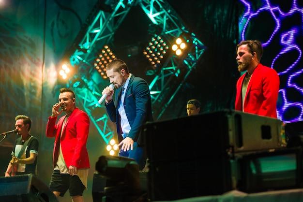 Crimeia, balaclava - 5 de agosto: o cantor russo dima bilan se apresenta no concerto zb-fest em zolotaya balka em 5 de agosto de 2017 na crimeia.